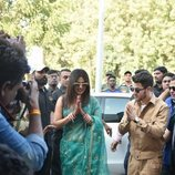 Nick Jonas y Priyanka Chopra saludando en el aeropuerto de Jodhpur