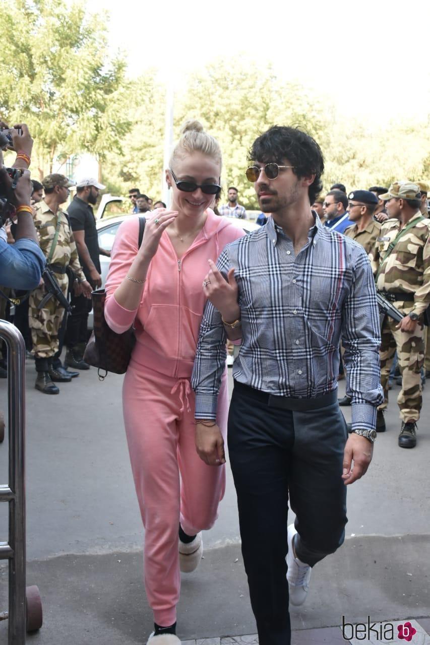 Joe Jonas y Sophie Turner en el aeropuerto de Jodhpur