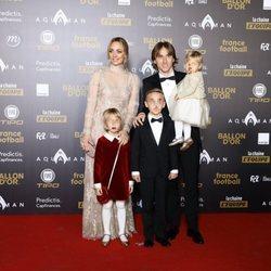 Luka Modric con toda su familiai recogiendo su Balón de Oro