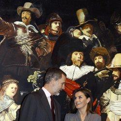 Los Reyes Felipe y Letizia, muy cómplices en la inauguración de una exposición por el 40 aniversario de la Constitución Española