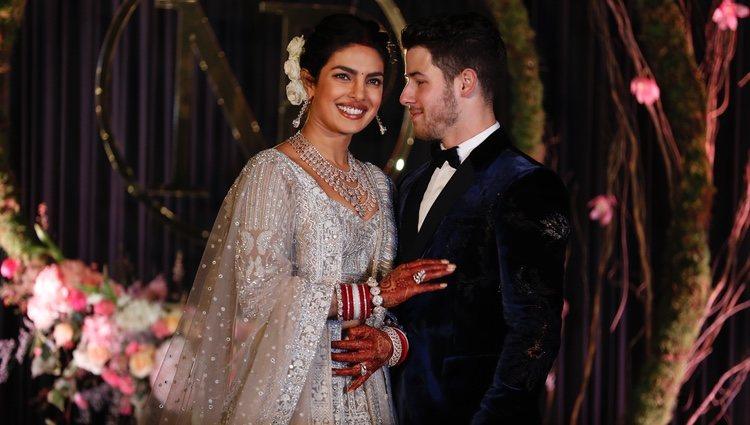 Nick Jonas y Priyanka Chopra posan en la recepción de su boda en Nueva Delhi