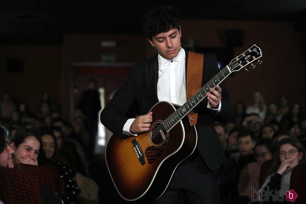 Alfred cantando en la presentación de su single en los Cines Verdi de Madrid