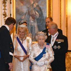 La Reina Isabel, el Príncipe Carlos, Camilla Parker y los Duques de Cambridge en la recepción al Cuerpo Diplomático