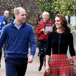 El Príncipe Guillermo y Kate Middleton en una recepción navideña en Kensington Palace