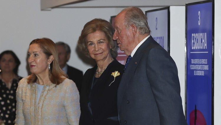 Los Reyes Juan Carlos y Sofía con Ana Pastor en la inauguración de la exposición 'Democracia 1978-2018'