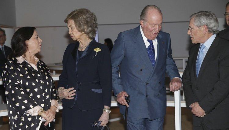 Los Reyes Juan Carlos y Sofía charlando animadamente con Lucía Méndez y Fernando Ónega