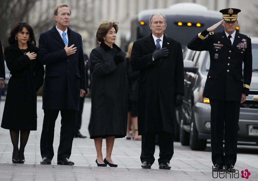 Familia Bush despidiendo a George W. H. Bush
