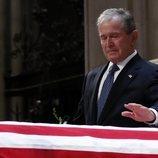 George W. Bush emocionado en el funeral de su padre