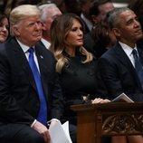 Donald y Melania Trump junto a Barack Obama en el funeral de George W. H. Bush