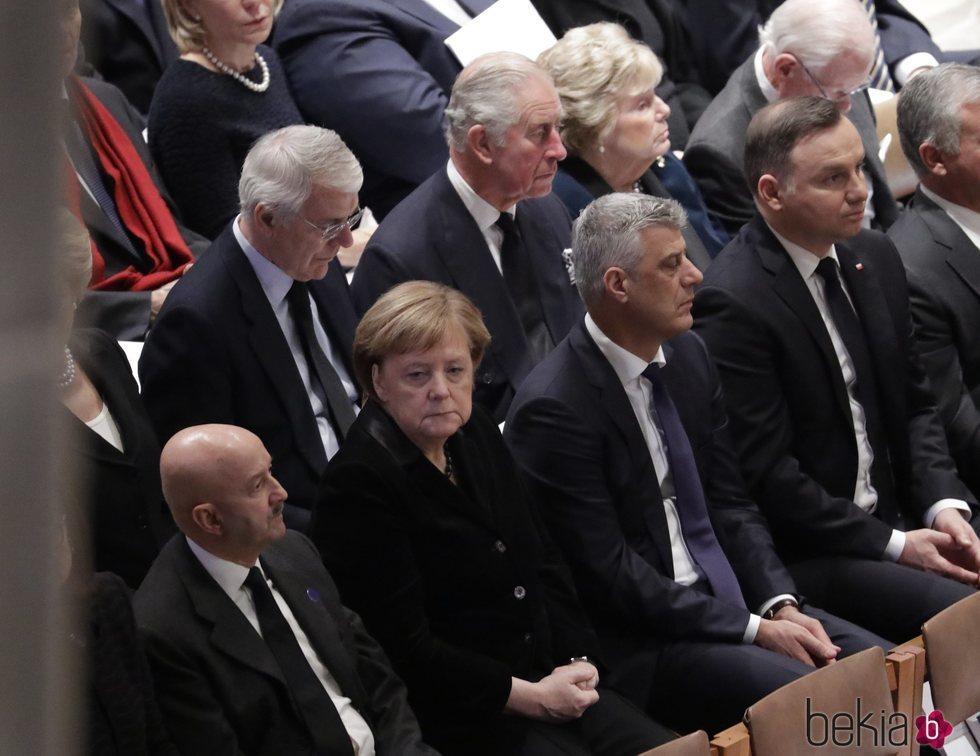 Príncipe Carlos de Inglaterra y Angela Merkel en el funeral de George W. H. Bush