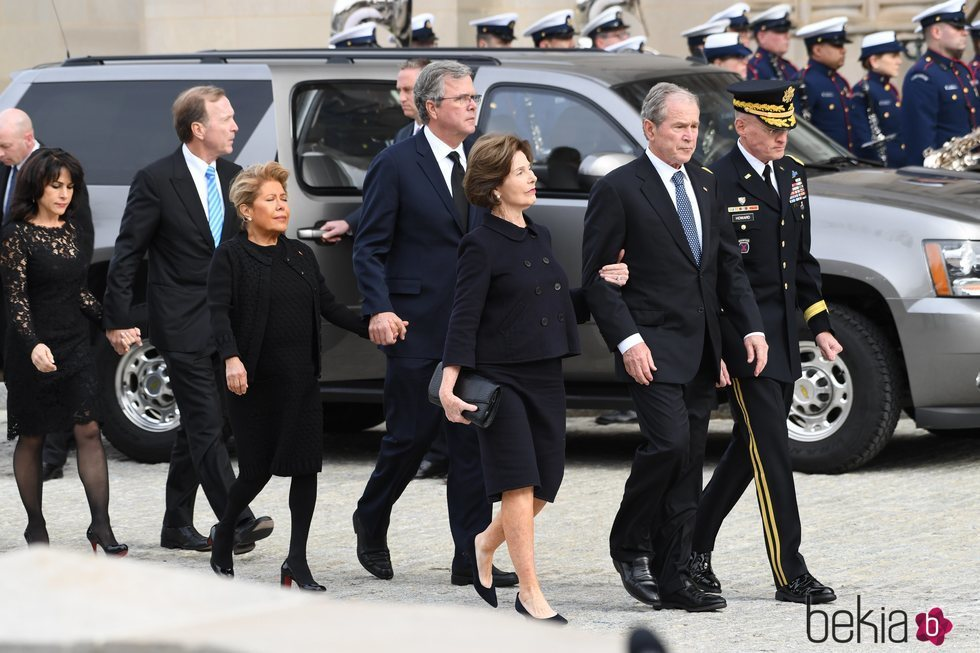 George W. Bush y Laura Bush llegando al funeral de George W. H. Bush
