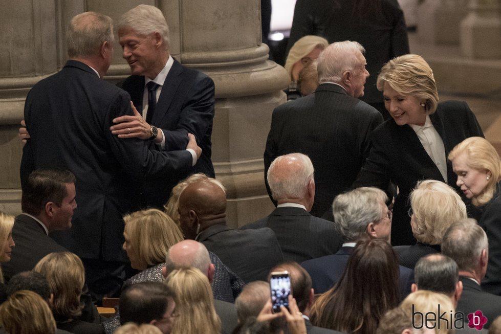 Bill Clinton y Hillary Clinton en el funeral de George W. H. Bush