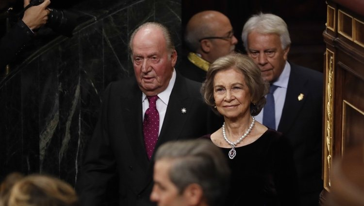 Los Reyes Juan Carlos y Sofía a su llegada al acto por el 40 aniversario de la Constitución