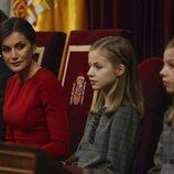 La Reina Letizia mira a la Princesa Leonor y la Infanta Sofía en el 40 aniversario de la Constitución