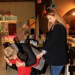 Carmen Bazán dándole un beso a su nieto, Víctor Janeiro