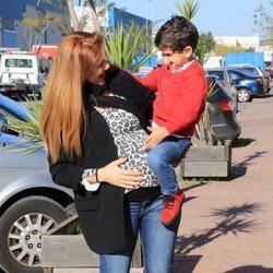 Beatriz Trapote con su hijo Víctor en brazos celebrando su cumpleaños