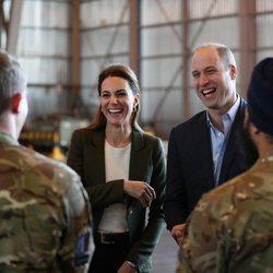 Los Duques de Cambridge muy sonrientes en su visita a una base militar en Chipre
