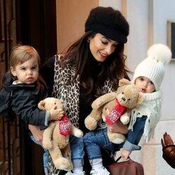 Amal Clooney con sus hijos Alexander y Ella en Nueva York