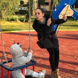 Eva Gnzález en el parque con su hijo Cayetano