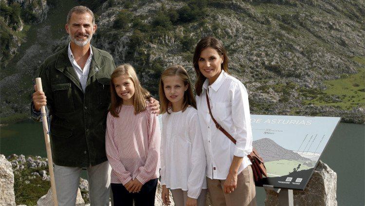 Los Reyes Felipe y Letizia, la Princesa Leonor y la Infanta Sofía en la postal de Navidad 2018