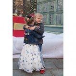 Jacques y Gabriella de Mónaco abrazándose en su 4 cumpleaños