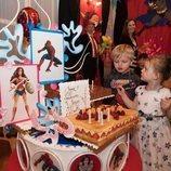 Jacques y Gabriella de Mónaco con su tarta de cumpleaños de superhéroes