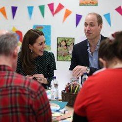 Los Duques de Cambridge participando en un taller de artesanía