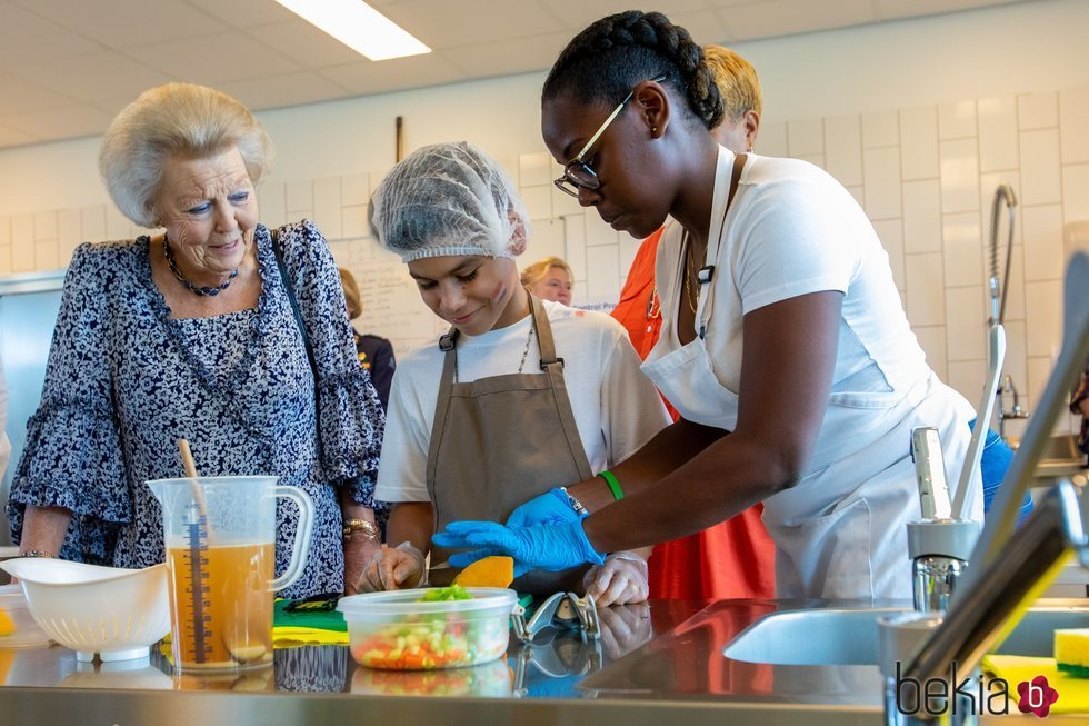 Beatriz de Holanda asiste a un curso de cocina durante su visita a las Antillas Neerlandesas