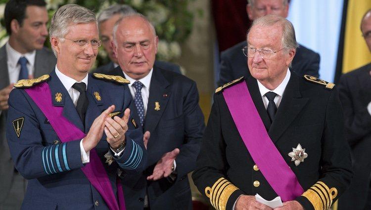 El Rey Alberto II de Bélgica junto a su hijo Felipe en la ceremonia de abdicación