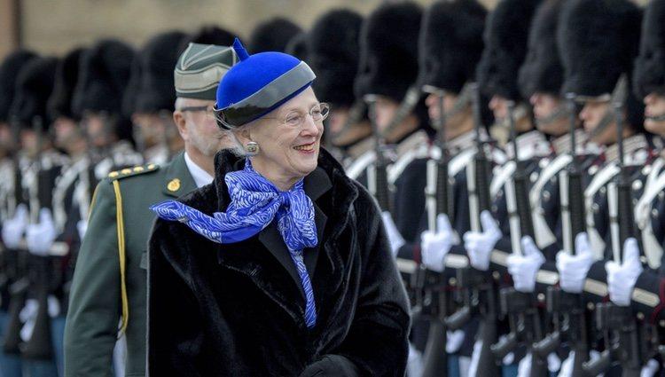 La Reina Margarita de Dinamarca pasa revista a la Guardia Real