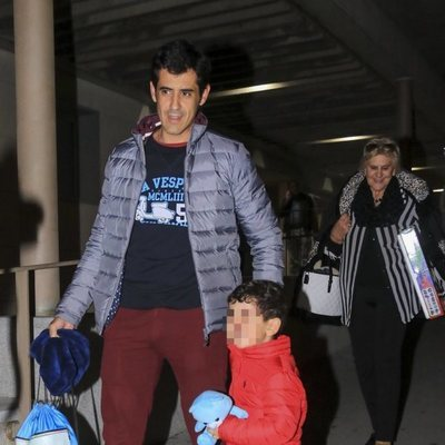 Víctor Janeiro con su madre y su hijo yendo al hospital