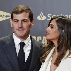 Sara Carbonero mirando con cariño a Iker Casillas en el 80 aniversario del diario Marca