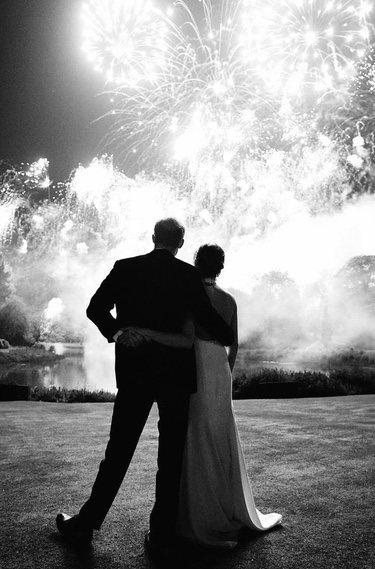 El Príncipe Harry y Meghan Markle contemplando fuegos artificiales en su boda
