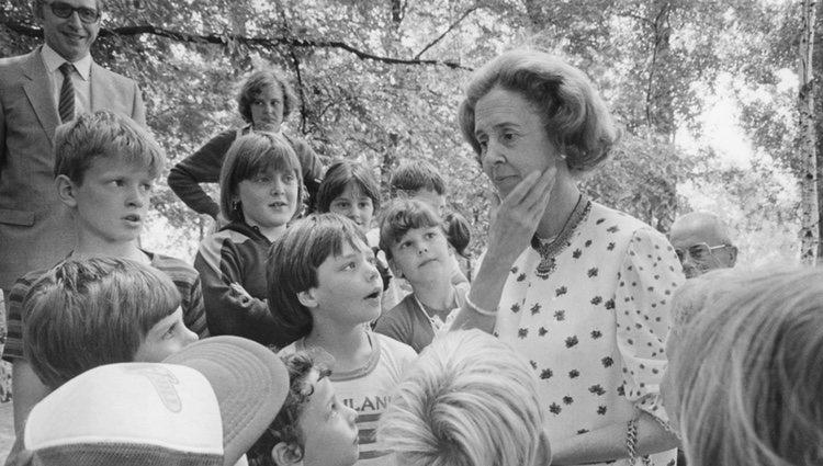 La Reina Fabiola de Bélgica rodeada de niños