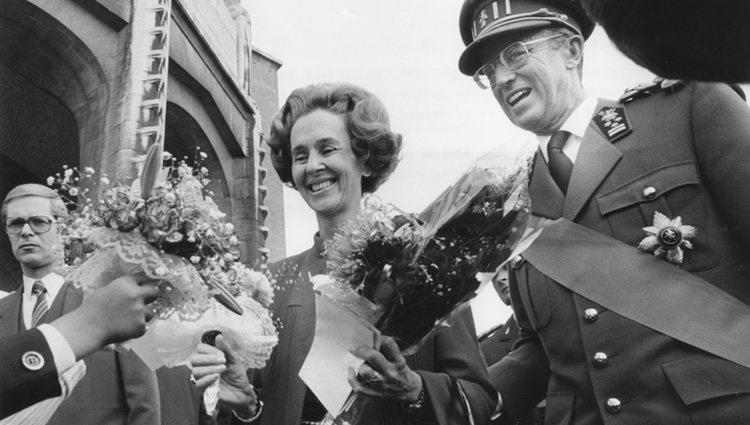 Los Reyes Balduino y Fabiola de Bélgica recibiendo el cariño de sus súbditos
