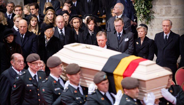 Silvia de Suecia, Harald de Noruega, Juan Carlos y Sofía de España y Enrique de Luxemburgo contemplan el féretro de la Reina Fabiola de Bélgica