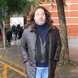 Pepe 'el Marismeño' llegando a la capilla ardiente de Chiquetete en Sevilla