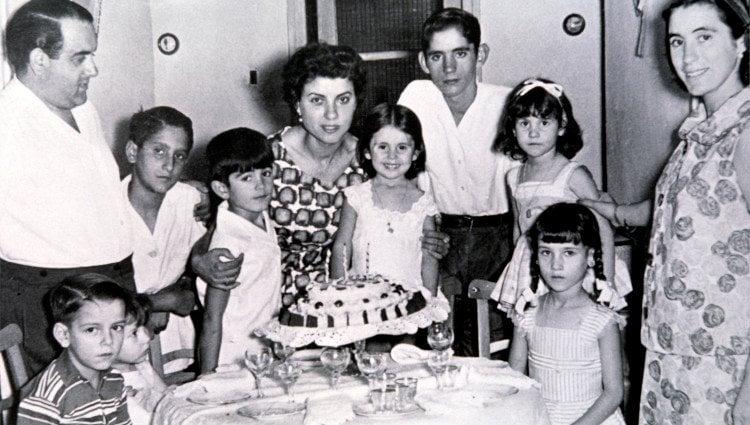 Isabel Pantoja junto a sus padres y sus hermanos en una celebración familiar