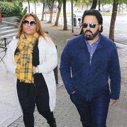 Saray Montoya y Jorge Rubio llegando a la capilla ardiente de Chiquetete en Sevilla