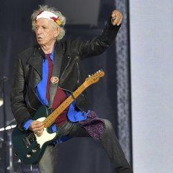 Keith Richards tocando su guitarra en un concierto