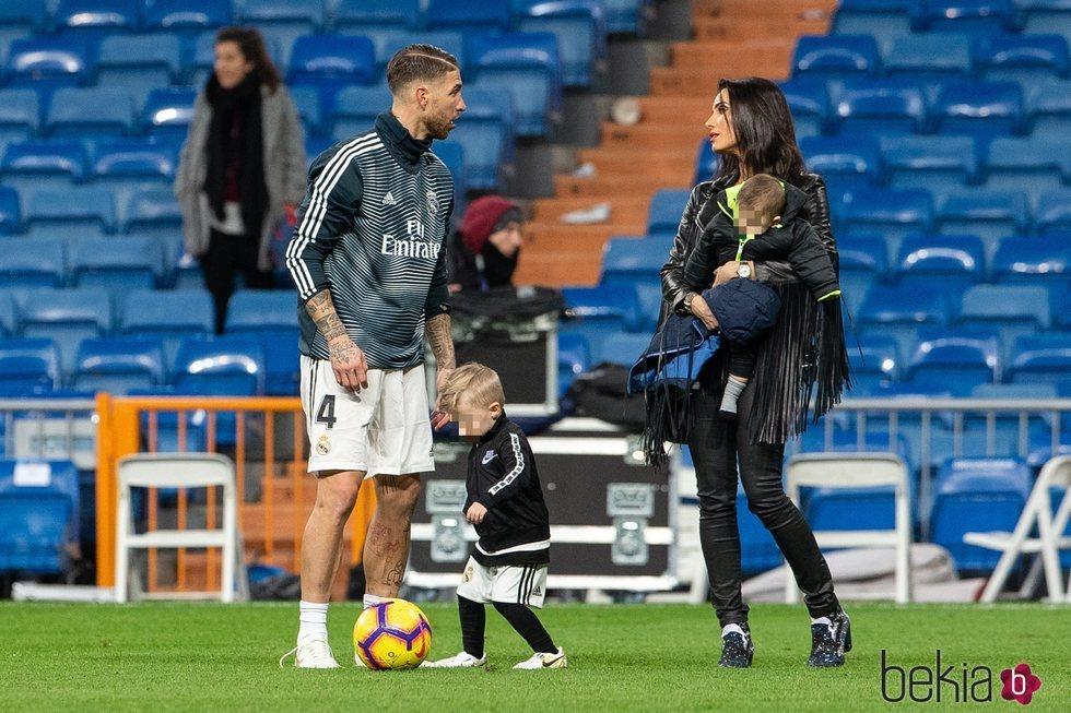 Sergio Ramos y Pilar Rubio en campo de fútbol con sus hijos Marco y Alejandro