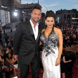 Jenni Farley y su esposo en una gala