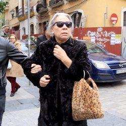 Carmen Gahona llegando al entierro de Chiquetete
