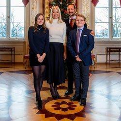Haakon y Mette-Marit de Noruega con sus hijos Ingrid Alexandra y Sverre Magnus en su posado navideño