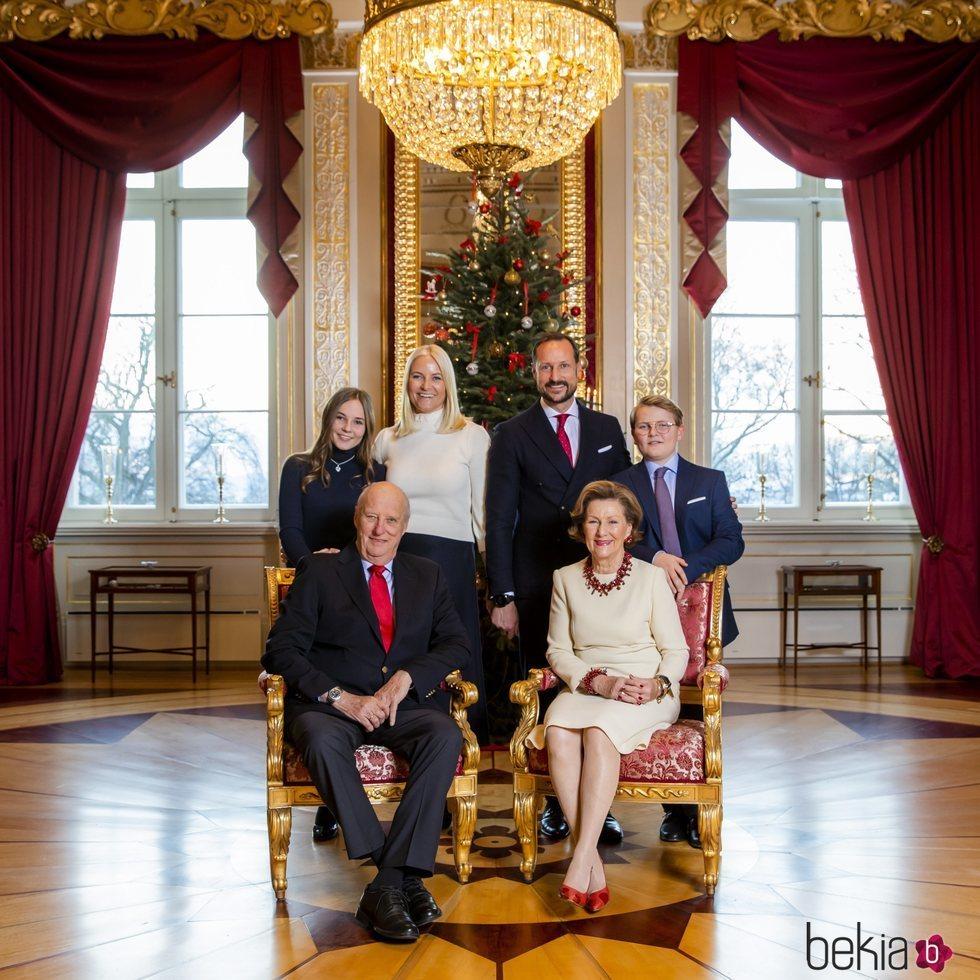 Harald y Sonia de Noruega, Haakon y Mette-Marit de Noruega, Ingrid Alexandra y Sverre Magnus de Noruega en su posado navideño