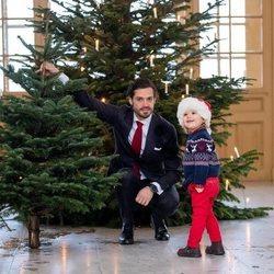 Carlos Felipe de Suecia y Alejandro de Suecia con los árboles de Navidad en el Palacio Real de Estocolmo
