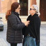 Carmen Gahona y Rocío Cortés hablando a su llegada a la Hermandad de los Gitanos
