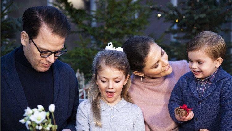 Los Príncipes Victoria y Daniel de Suecia junto a sus dos hijos haciendo adornos navideños