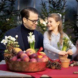 El Príncipe Daniel de Suecia junto a su hija la Princesa Estela haciendo adornos navideños
