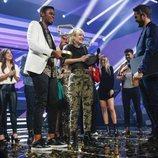 Famous y Alba Reche recogiendo sus premios en la gala final 'OT 2018'